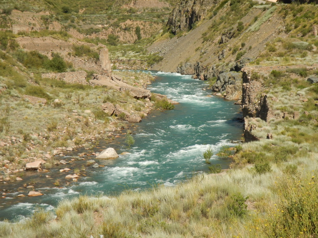 The old road, (route 82), follows the Mendoza River